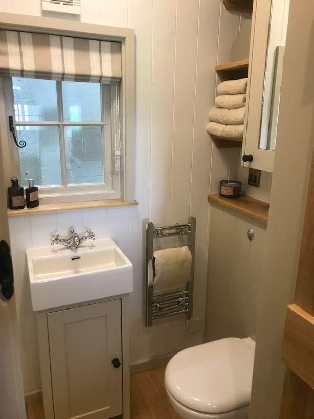 Greendown Shepherds Hut Bathroom